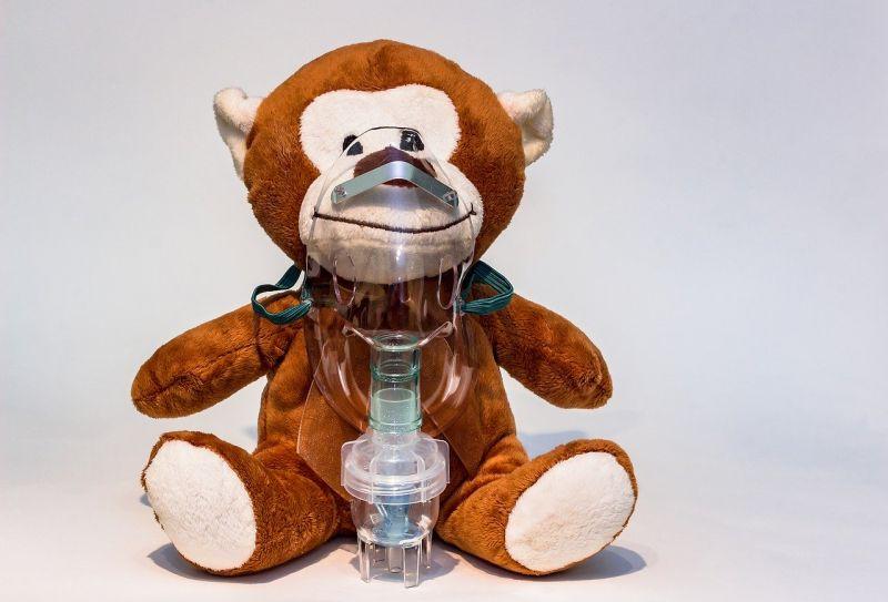 urs de plus cu masca de aerosoli pentru astm
