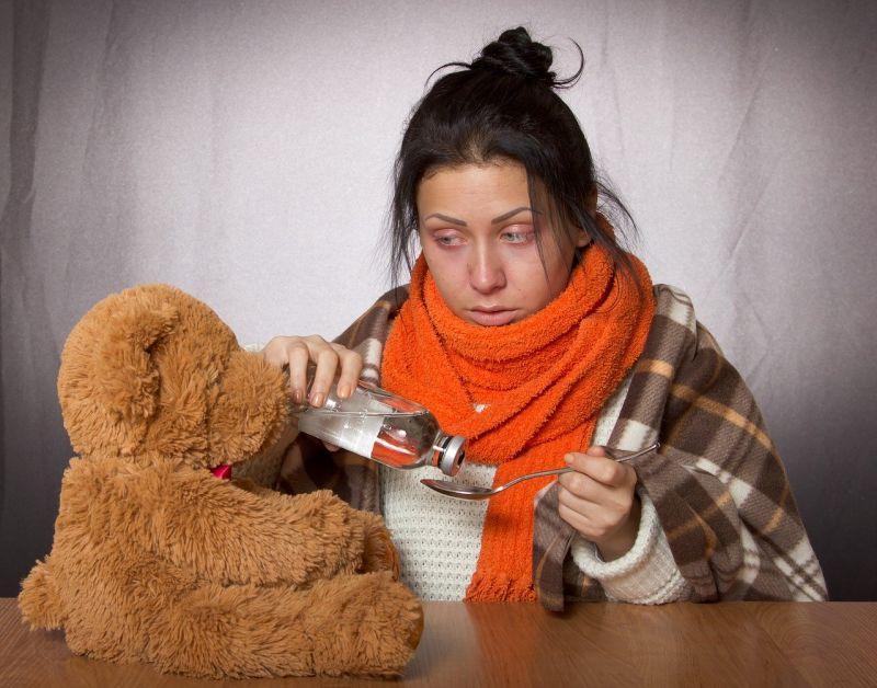 persoana care ia medicamente pentru gripa